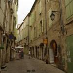 Pezenas gatvelė ir žalsvos langinės