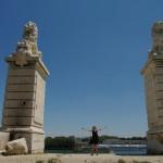 Pont de Constantin liūtai ir jiems komandas duodanti Alwyda