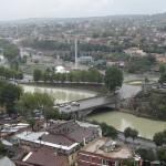 Tbilisis įsitaisęs šalia Mt'k'vari (dar vadinama Kura) upės